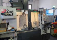 Фрезерный станок ЧПУ, изготавливающий клише для будущих изделий